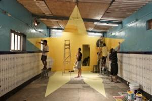 oeuvre de Georges rousse avec les jeunes du bidonville et de france à MUMBAI